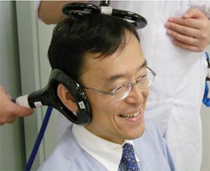 小脳刺激をされている宇川教授